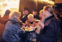 Europe/Allemagne/Rhénanie du Nord-Westphalie/Cologne: Marché de Noël sur la place Alter Markt Dégustation de gaufres vue de nuit