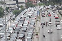 SÃO PAULO,SP, 30.11.2015 - TRÂNSITO-SP - Tráfego intenso de veículos, sentido leste do Viaduto Júlio de Mesquita Filho, no bairro da Bela Vista, região central de São Paulo, nesta segunda-feira, 30. (Foto: Marcos Moraes/Brazil Photo Press)