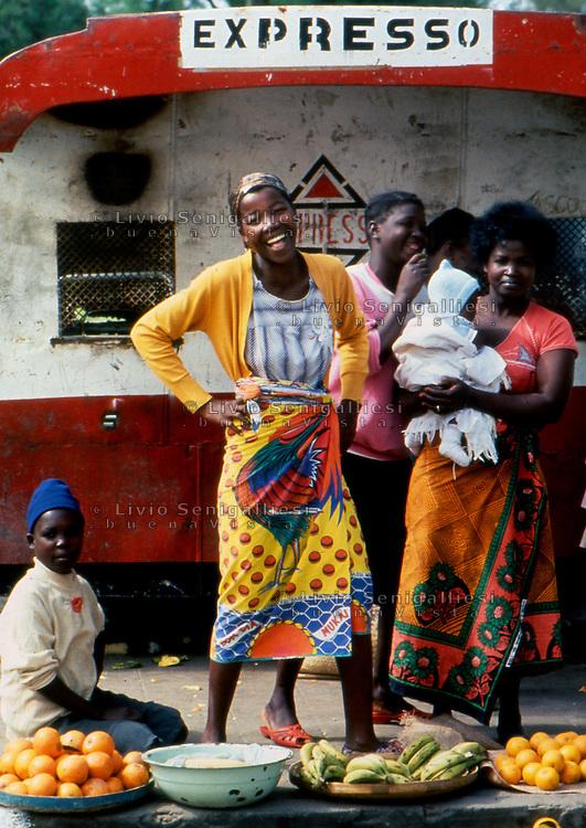Beira / Mozambique 1993.Women selling food at the outdoor market..Photo Livio Senigalliesi.