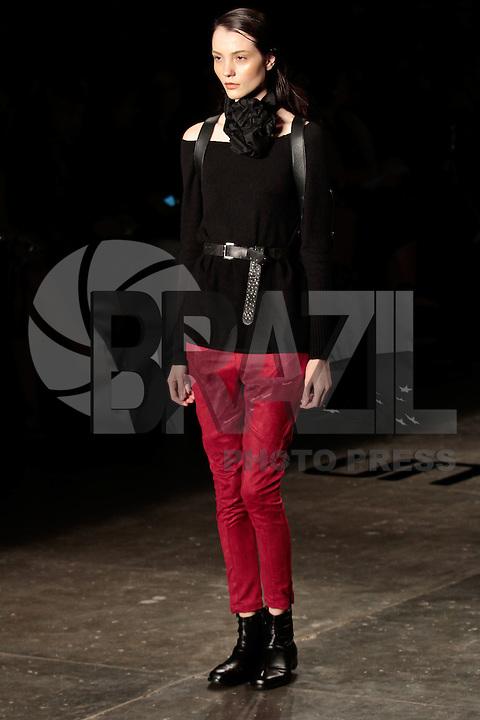 SAO PAULO, SP, 23 DE JANEIRO DE 2012 - SPFW DESFILE UMA RAQUEL DAVIDOWICZ - Modelo durante desfile da grife Uma Raquel Davidowicz, no quinto dia da Sao Paulo Fashion Week (SPFW), colecao outono/inverno 2012, na Bienal do Ibirapuera na regiao sul da capital paulista neste domingo. (FOTO: VANESSA CARVALHO - NEWS FREE).