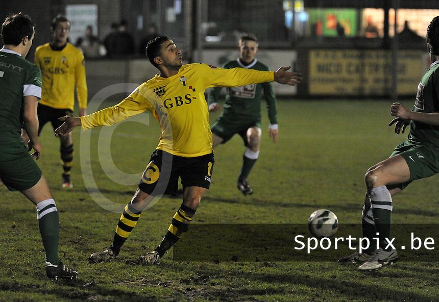 KM Torhout - Berchem Sport : Benjamin Boujouh probeert de bal te heroveren.foto VDB / BART VANDENBROUCKE