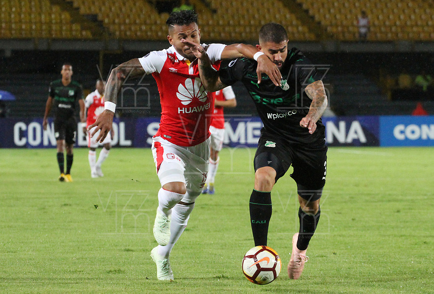 BOGOTÁ -COLOMBIA, 23-10-2018:Wilson Morelo (Izq.) jugador de Independiente Santa Fe  de Colombia disputa el balón con Juan Quintero (Der.) jugador  del Deportivo Cali  de Colombia durante partido por los cuartos de final  de La Copa Conmebol Sudamericana 2018,jugado en el estadio Nemesio Camacho El Campín de la ciudad de Bogotá./Wilson Morelo (L) Player of Independiente Santa Fe of Colombia disputes the ball with Juan Quintero (R) player of Deportivo Cali  of Colombia during game for the quarter finals of the Conmebol Sudamericana Cup  2018, played at the Nemesio Camacho stadium The Campín of the city of Bogotá. Photo: VizzorImage/ Felipe Caicedo / Staff
