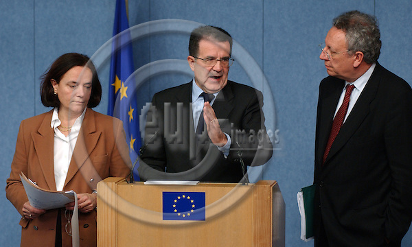 Brussels-Belgium - November 11, 2003---Romano PRODI (ce), President of the European Commission, Loyola de PALACIO del VALLELERSUNDI (le), Vice-President of the European Commission and as EU-Commissioner in charge of i.a. Transport and Energy, and Philippe BUSQUIN (ri), EU-Commissioner in charge of Research, during their press conference on the initiative for stimulating the economic growth in the European Union; in the press room of the 'Breydel', the main seat of the EU-Commission in Brussels---Photo: Horst Wagner/eup-images