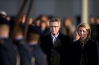Berlin, Verteidigungsministerin Ursula von der Leyen (CDU) steht am Dienstag (17.12.13) Verteidigungsministerium bei der Amts&uuml;bergabe mit milit&auml;rischen Ehren vor Soldaten neben ihrem Vorg&auml;nger Bundesinnenminister Thomas de Maiziere (CDU).<br /> Foto: Steffi Loos/CommonLens