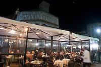 Tavolini all'aperto all'esterno di un bar in con vista sul Duomo di Firenze.<br /> Outdoor cafes at night past Florence's Duomo.<br /> UPDATE IMAGES PRESS/Riccardo De Luca