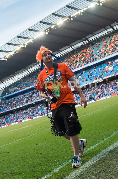 Picture by Allan McKenzie/SWpix.com - 18/05/2014 - Rugby League - First Utility Super League - 2014 Magic Weekend - Etihad Stadium, Manchester - Irn Bru T-Shirt launcher.