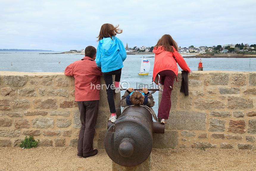 France, Morbihan (56), Port-Louis, citadelle de Port-Louis qui domine la rade de Lorient // France, Morbihan, Port Louis, citadel of Port Louis which dominates the natural harbour of Lorient
