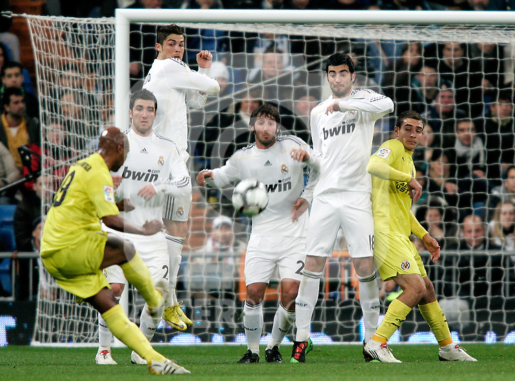 Villareal's Marcos Senna scores during La Liga match. February 21, 2010. (ALTERPHOTOS/Alvaro Hernandez).
