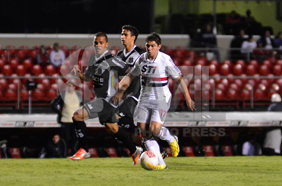 ATENÇÃO EDITOR: FOTO EMBARGADA PARA VEÍCULOS INTERNACIONAIS - SÃO PAULO, SP, 26 DE FEVEREIRO DE 2013 - CAMPEONATO PAULISTA - SÃO PAULO x PONTE PRETA: Osvaldo (d) durante partida São Paulo x Ponte Preta, válida pela 6ª rodada do Campeonato Paulista de 2013, disputada no estádio do Morumbi em São Paulo. FOTO: LEVI BIANCO - BRAZIL PHOTO PRESS.