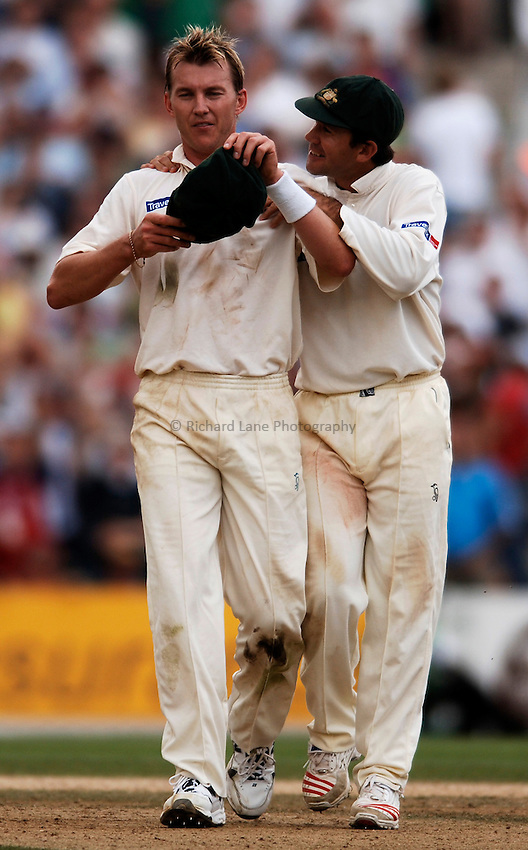 Photo: Glyn Thomas..England v Australia. nPower Test Series. The Ashes 2005..12/09/2005..Australia's Ricky Ponting (R) offers encouragement to his bowler Brett Lee.
