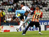 MANIZALES -COLOMBIA, 9- NOVIEMBRE-2014. Jose Cuadrado guardameta de Once Caldas disputa el balon con Boris Polo de Aguilas Pereira  durante partido   de La Liga Postob—n  fecha  18 2014-2. Estadio Palogrande   / Jose Cuadrado goalkeeper of Once Caldas fights the ball  with Boris Polo  of Aguilas Pereira   during La Liga  Postob—n  match  18th  date 2014-2.  Palogrande stadium . Photo: VizzorImage / Santiago Osorio  / Stringer