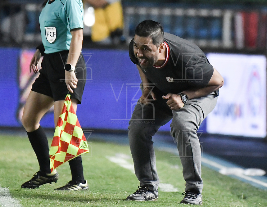 CALI - COLOMBIA, 24-09-2019: Andres Usme técnico del América gesticula durante partido por la final ida de la Liga Femenina Aguila 2019 entre América de Cali e Independiente Medellín jugado en el estadio Pascual Guerrero de la ciudad de Cali. / Andres Usme coach of America de Cali gestures during first leg final match as part of Aguila Women League 2019 between America de Cali and Independiente Medellin played at Pascual Guerrero stadium in Cali. Photo: VizzorImage / Gabriel Aponte / Staff