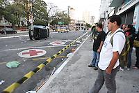 SAO PAULO, SP, 05/07/2012, ATROPELAMENTO TATUAPE.  Um veiculo atropelou varias pessoas na rua Coelho Lisboa com a Pca Silvio Romero, o acidente aconteceu durante a comemoracao da vitoria do Corinthians. Luiz Guarnieri/ Brazil Photo Press.