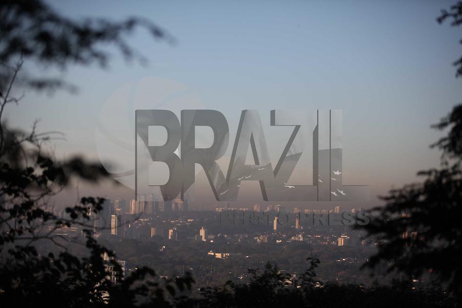 SAO PAULO, SP, 03/08/2012, CLIMA TEMPO. Sao Paulo amanhceu nessa Sexta-feira com ceu aberto, temperatura em rapida elevacao,  Foto feita apartir da Pca do Por do Sol em Pinheiros. Luiz Guarnieri/ Brazil Photo Press.