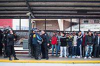 BUENOS AIRES, ARGENTINA, 09 JUNHO 2013 - TORCEDORES RIVER PLATE - Policiais fazem escolta a torcedores do Independente e do River Plate em estação de trem próximo ao estádio Monumental de Nuñez após vitória de 2 a do River Plate, em Buenos Aires capital da Argentina, neste domingo, 09. (FOTO: PATRICIO MURPHY / BRAZIL PHOTO PRESS).