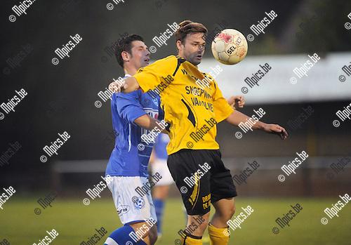 2014-09-20 / Voetbal / seizoen 2014-2015 / Vorselaar - Weelde / Willem Paulussen (Vorselaar) met Matthias Byns in de rug<br /><br />Foto: Mpics.be