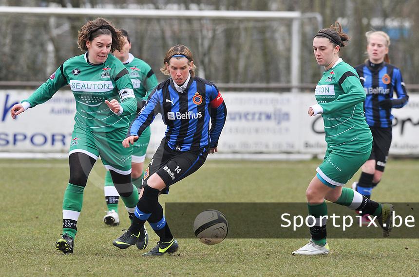 Club Brugge Dames - OHL Oud Heverlee Leuven : Angelique De Wulf aan de bal voor Femke Houben (rechts) en Anneleen Segers (links).foto DAVID CATRY / Vrouwenteam.be