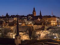 Blick über Grund auf Bock-Kasematten und Altstadt, Luxemburg-City, Luxemburg, Europa, UNESCO-Weltkulturerbe<br /> Gund, Bock Casemate and historic city, Luxembourg City, Europe, UNESCO Heritage Site