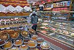 Comércio de alimentos em padaria. São Paulo. 2007. Foto de Juca Martins.
