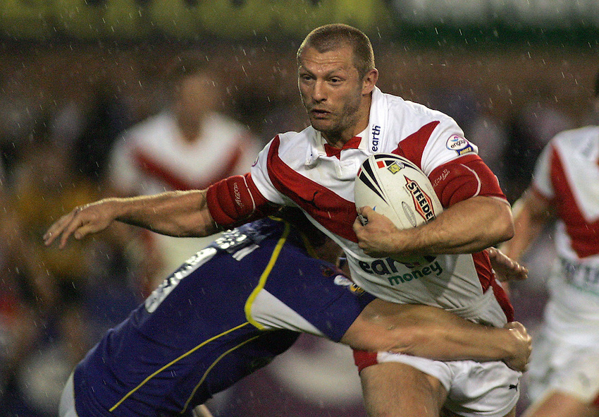 Photo: Paul Thomas..St Helens v Warrington Wolves. Engage Super League. 12/05/2006..St Helens' Sean Long takes the ball to the Warrington defence.