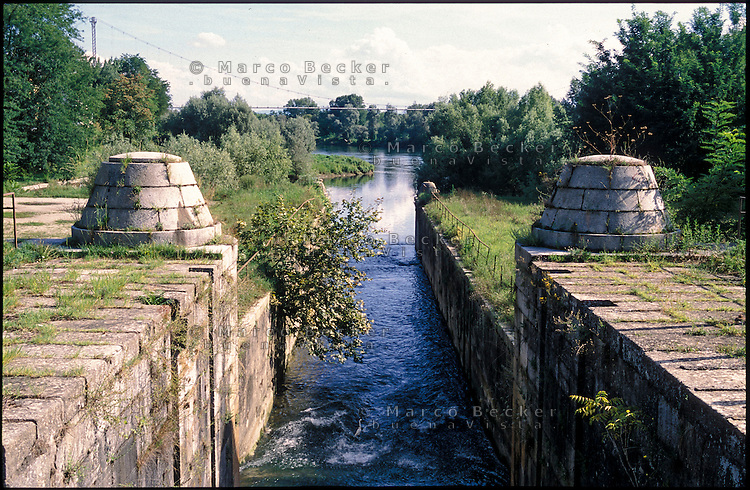 Pavia, Naviglio Pavese. La conca del Ticino --- Pavia, Naviglio Grande canal. The Ticino pound