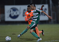 ENVIGADO -COLOMBIA, 18-10-2019: Arley Rodriguez de Envigado disputa el balón con Walmer Pacheco de Equidad durante partido por la fecha 18 de la Liga Águila II 2019 entre Envigado FC y La Equidad jugado en el Polideportivo Sur de la ciudad de Envigado. / Arley Rodriguez of Envigado fights for the ball with Walmer Pacheco of Equidad during match for the date 18 of the Aguila League II 2019 between Envigado FC and La Equidad played at Polideportivo Sur in Envigado city city.  Photo: VizzorImage/ León Monsalve / Cont