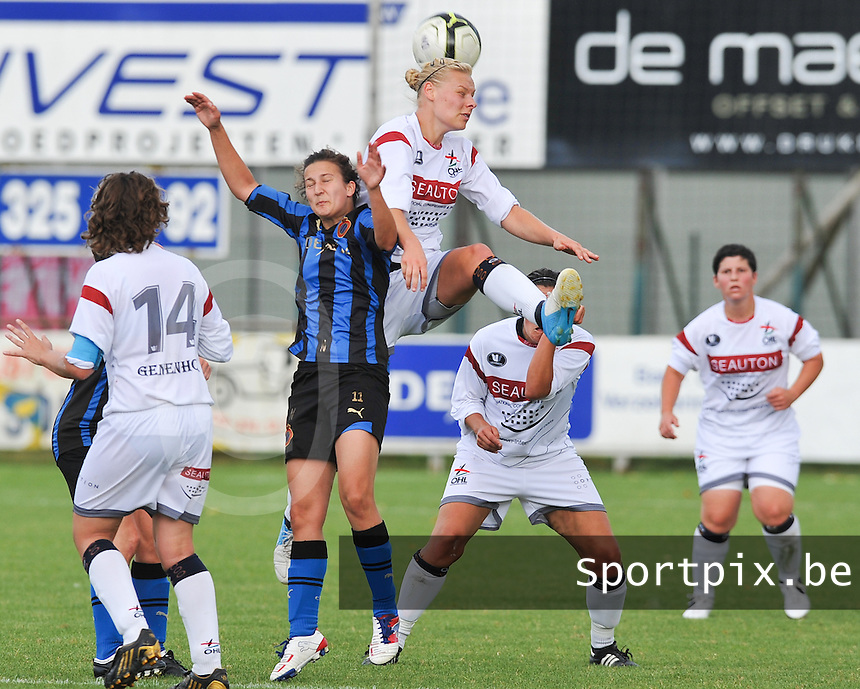 Club Brugge Dames - OHL Oud Heverlee Leuven Dames : Ella Van Kerkhoven klimt hoger dan Evy De Smedt .Foto David Catry / Vrouwenteam.be