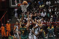 MEDELLÍN -COLOMBIA-11-11-2013. Jugadores de Academia de la Montaña saltan por un balón perdido con jugadores de Cimarrones del Chocó por la fecha 3 de las semifinales de la Liga DirecTV de Baloncesto 2013-II de Colombia realizado en el coliseo de la Universidad de Medellín./ Players of Academia de la Montaña jump for a lost ball with players of Cimarrones del Choco during match for the 3th date of semifinals of the DirecTV Basketball League 2013-II in Colombia played at Universidad de Medellin coliseum.  Photo:VizzorImage/Luis Ríos/STR