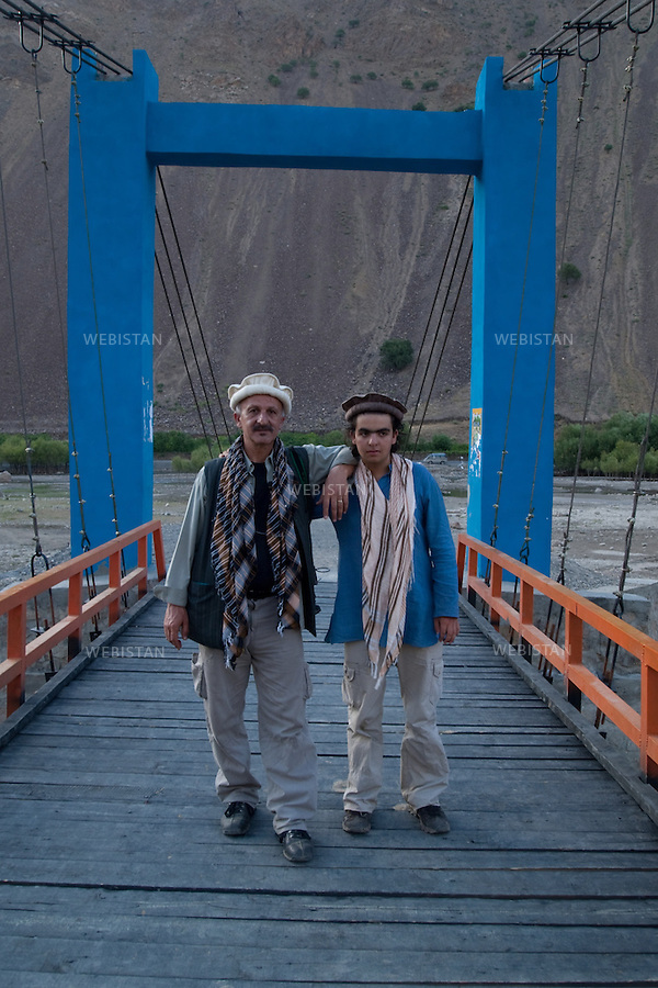 AFGHANISTAN - VALLEE DU PANJSHIR - 12 aout 2009 : Environs de Astanah. Reza et Delazad Deghati sur un pont, au dessus de la riviere du Panjshir...AFGHANISTAN - PANJSHIR VALLEY - August 12th, 2009 : Near Astanah. Reza and Delazad Deghati standing on a bridge over the Panjshir River.