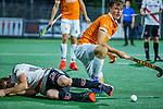 AMSTELVEEN - Jorrit Croon (Bldaal)  met Tijn Lissone (Adam)  tijdens de play-offs hoofdklasse  heren , Amsterdam-Bloemendaal (0-2).    COPYRIGHT KOEN SUYK
