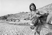 - Villaggio albanese, Queparo (Ceparò, agosto 1993);<br /> pastorella sulla spiaggia<br /> <br /> -  Albanian  Village, Queparo (Ceparò, August 1993);<br /> shepherdess on the beach