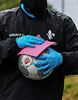 Ball wird desinfiziert - 23.05.2020: Fussball 2. Bundesliga, Saison 19/20, Spieltag 27, SV Darmstadt 98 - FC St. Pauli, emonline, emspor, v.l. <br /> <br /> Foto: Florian Ulrich/Jan Huebner/Pool VIA Marc Schüler/Sportpics.de<br /> Nur für journalistische Zwecke. Only for editorial use. (DFL/DFB REGULATIONS PROHIBIT ANY USE OF PHOTOGRAPHS as IMAGE SEQUENCES and/or QUASI-VIDEO)
