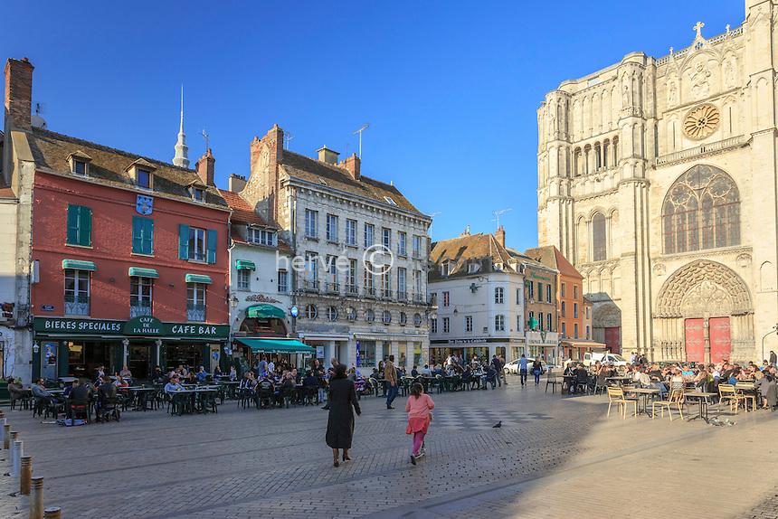 France, Yonne (89), Sens, la place de la République et la cathédrale Saint-Etienne // France, Yonne, Sens, Republic Square and Saint Etienne Cathedral