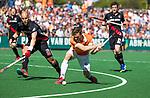 BLOEMENDAAL   - Hockey -  2e wedstrijd halve finale Play Offs heren. Bloemendaal-Amsterdam (2-2) . A'dam wint shoot outs. Roel Bovendeert (Bldaal) met links Justin Reid-Ross (A'dam).   COPYRIGHT KOEN SUYK