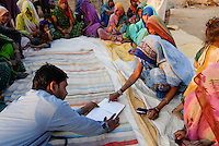 INDIA Madhya Pradesh, rural women bank in village, illiterate woman sign with thumb print  / INDIEN Madhya Pradesh , Frauensparkasse nach dem Vorbild der Grameen Bank in einem Dorf