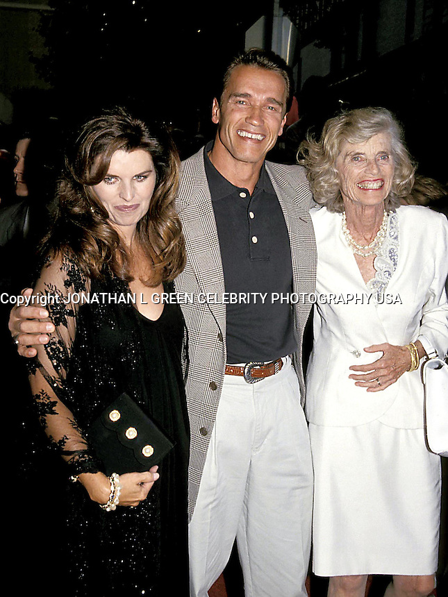 """OPENING OF """"LAST ACTION HERO"""" .MARIA SHRIVER, ANROLD SCHWARZENEGGER AND EUNICE.PHOTO BY:JONATHAN GREEN/Celebrity Photography USA"""