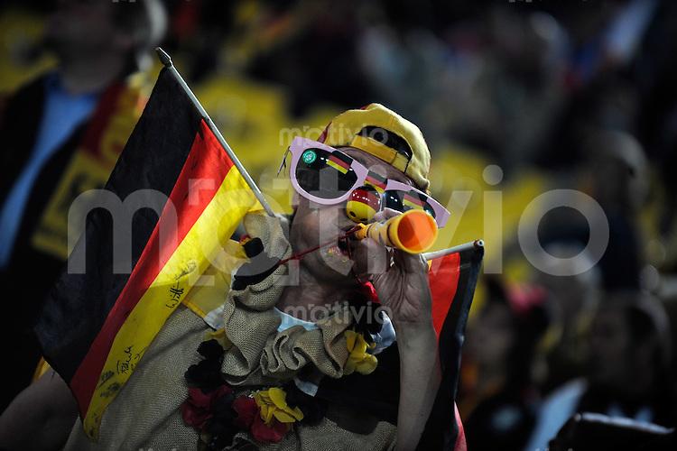 FUSSBALL   INTERNATIONAL   WM-QUALIFIKATION 2010 Deutschland - Russland                                  11.10.2008 Ein deutscher Fan verkleidet auf der Tribuene, vor Spielbeginn.