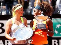 La statunitense Serena Williams posa con la bielorussa Victoria Azarenka, a sinistra, dopo aver vinto la finale femminile degli Internazionali d'Italia di tennis col punteggio di 6-1 6-3 a Roma, 19 Maggio 2013..Serena Williams, of the United States, poses with Belarus' Victoria Azarenka, left, after winning the final match of the Italian Open Tennis WTA women's tournament in Rome, 19 May 2013. Williams defeated Azarenka 6-1 6-3..UPDATE IMAGES PRESS/Isabella Bonotto