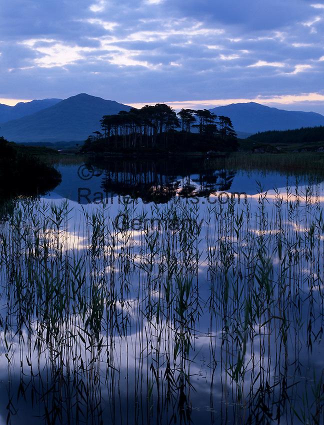 Ireland, County Galway, Connemara, near Clifden: Sunrise over Derryclare Lough | Irland, County Galway, bei Clifden: Sonnenaufgang am Derryclare Lough im Connemara Nationalpark