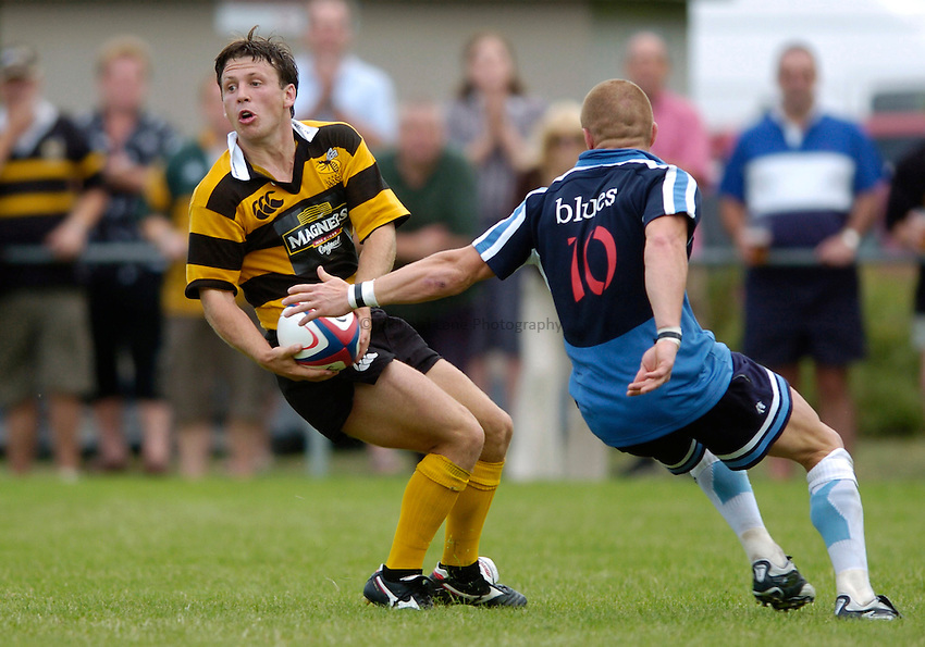 Photo: Richard Lane..Newbury v London Wasps. Pre Season Friendly. 05/08/2006. .Wasps' Simon Amor passes.