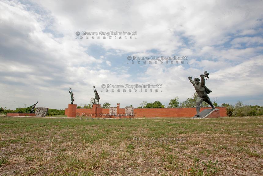 Ungheria, Budapest, Szoborpark, il cimitero delle statue sovietiche Hongrie, le cimetière de statues soviétiques<br /> Hungary, the cemetery of Soviet statues progettato nel 1993 dall'architetto  Eleod Akos junior<br /> The striding soldier by Istvan Kiss