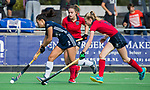 AMSTELVEEN  -  Stella van Gils (Pin) met Josien Galama (Lar) , en Caroline Hollema (Lar)  hoofdklasse hockeywedstrijd dames Pinole-Laren (1-3). COPYRIGHT  KOEN SUYK
