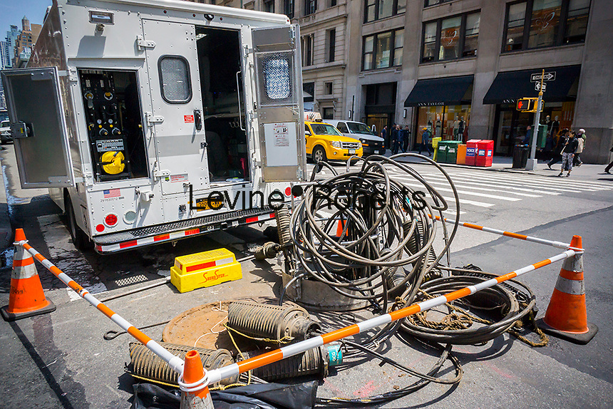 Verizon workers replace fiber cable in the Flatiron neighborhood of New York on Wednesday, May 31, 2017. (© Richard B. Levine)