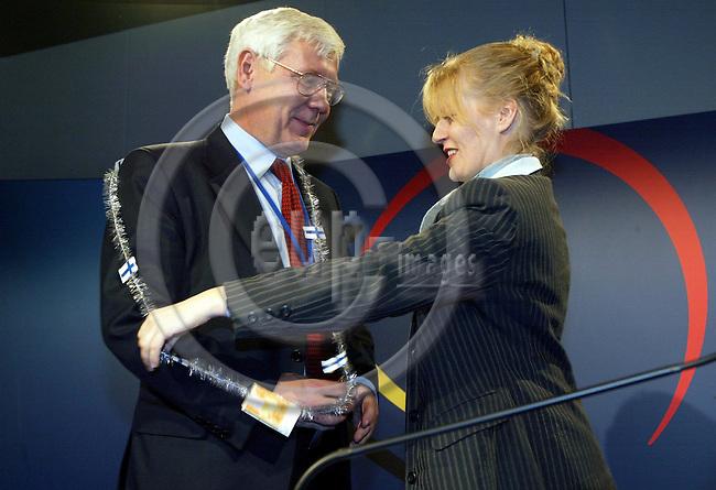 BELGIUM - BRUSSELS, 15 December 2001--Laeken EU-Summit.--Antti Satuli and Anna KARISMO (L) correspondent for Helsingin Sanomat.-- PHOTO:  JUHA ROININEN / EUP-IMAGES