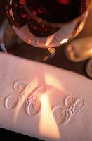 Europe/France/Aquitaine/33/Gironde/Pauillac: château Pontet Canet (AOC Pauillac) - Détail de la table de la salle à manger détail serviette de table brodée