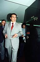 O senador J&aacute;der barbalho chega a Bel&eacute;m ap&oacute;s pedir licen&ccedil;a de 60 dias da presid&ecirc;ncia do senado acompanhado a direita por seu cunhado Camilo Centeno.<br />Bel&eacute;m, 20/07/2001.<br />Foto Paulo Santos/Interfoto