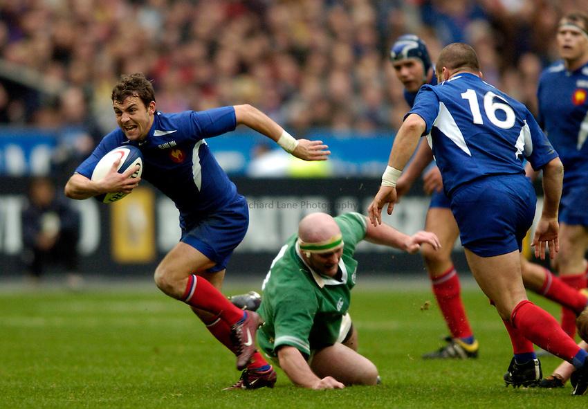 Photo: Richard Lane..France v Ireland. RBS Six Nations. 14/02/2004..Jean-Baptiste Elissalde attacks.