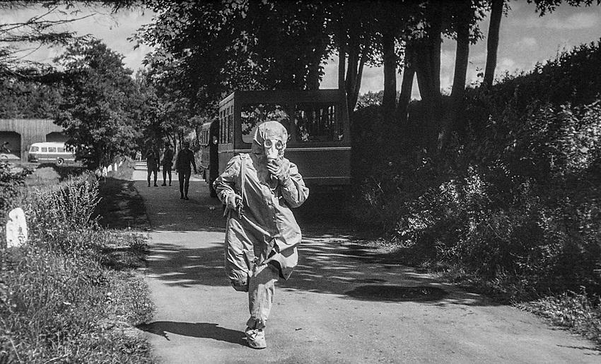 1978-lipiec-sierpień, Otwock - Orzysz. Szkoła Oficerów Rezerwy (SOR) obowiązkowe szkolenie wojskowe absolwentów wyższych uczelni cywilnych. Nz. szkolenie w maskach p-gaz.