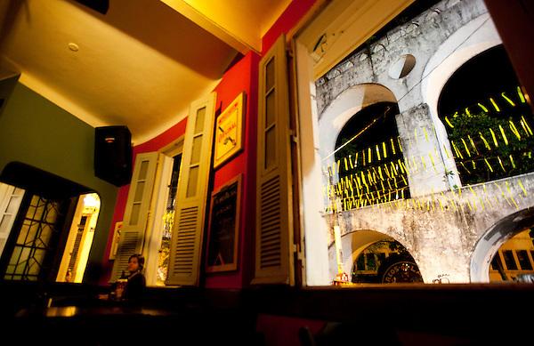 Rio de Janeiro_RJ, Brasil...Na foto, detalhe do bar Semente, um reduto da musica carioca, revelador de grandes talentos do samba. Na janela ve-se os Arcos da Lapa...Sementes Bar in Lapa, Rio de Janeiro. In front the windows the Lapa arch...Foto: BRUNO MAGALHAES / NITRO