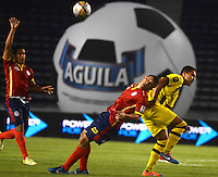 BARRANQUILLA  -COLOMBIA, 2-FEBRERO-2015. Victor Ocampo  jugador de Uniautonoma disputa el balon  contra  Felipe Alvarez de Alianza Petrolera durante partido por la fecha 1 de la Liga çguila I 2015 jugado en el estadio Metropolitano  de la ciudad de Barranquilla./ Victor Ocampo player of Uniautonoma fights the ball against   Felipe Alvarez of Alianza Petrolera during the match for the first date of the Aguila League I 2015 played at Metropolitano  stadium in Barranquilla city<br />  . Photo / VizzorImage / Alfonso Cervantes / Stringer